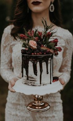 Move over naked cakes, drip cakes are this season's most delicious wedding cake trend! Get inspired by these 13 beautifully mouth-watering drip cakes. Small Wedding Cakes, Floral Wedding Cakes, Amazing Wedding Cakes, Wedding Cake Rustic, Wedding Cake Designs, Wedding Cake Toppers, Farm Wedding, Wedding Vows, One Teir Wedding Cake