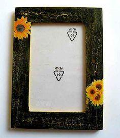 #Rama #fotografie cu #floarea #soarelui, rama #foto cu #model #floral, #articol #lucrat #manual pentru #casa / pastrare #amintiri. #Produs #decorat cu #tehnica #servetel si protejat prin procesul de #lacuire cu #lac de #protectie, lac #ecologic pe baza de #apa. http://handmade.luxdesign28.ro/produs/rama-fotografie-cu-floarea-soarelui-rama-foto-cu-model-floral-27286/