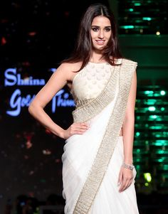 Sexy Indian Actress in Saree: Disha Patani Sari Blouse Designs, Dress Neck Designs, Saree Draping Styles, Saree Styles, Indian Beauty Saree, Indian Sarees, Indian Designer Outfits, Designer Dresses, Indian Dresses