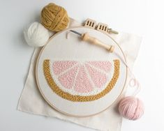Free Pattern: Punch Needle Grapefruit - Free Pattern: Punch Needle Grapefruit – Homeday Studio Source by dorismgk - Hand Embroidery Patterns Free, Punch Needle Patterns, Embroidery Flowers Pattern, Simple Embroidery, Print Patterns, Broderie Simple, Diy Broderie, Broderie Anglaise Fabric, Macrame Patterns