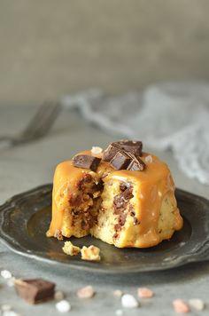 Serniczki kajmakowe z czekoladą i orzeszkami - niebo na talerzu Cap Cake, Cheat Meal, Mini Desserts, Cheesecakes, Sweet Recipes, Waffles, Food Porn, Food And Drink, Pudding