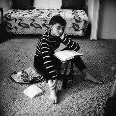 While filming the movie Sabrina, Audrey Hepburn rented a sublet apartment on Wilshire Boulevard in Beverly Hills. Photographer Mark Shaw captures this intimate moment of a young Audrey at her apartment enjoying a snack while reading a book, Sabrina Audrey Hepburn, Style Audrey Hepburn, Katharine Hepburn, Aubrey Hepburn, Golden Age Of Hollywood, Old Hollywood, Pretty Things, Diahann Carroll, Isabella Rossellini