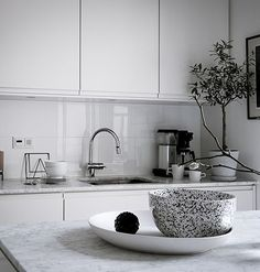 Fresh and minimalist home - via Coco Lapine Design