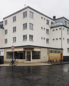 #veedel #zollstock#köln #liebedeinestadt #cologne #colognearchitecture #architektur #architectura #architecture #leerstand #eckhaus #alltag#pavement #pflastersteine#bonjourtristesse by goldsynapse