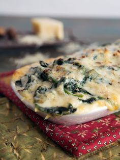 CREAMED SPINACH - [variation: 2 lb spinach + 2 T butter + 1 small shallot thinly sliced + juice lemon + c heavy cream + 1 t salt + t pepper + t nutmeg + 1 c grated gruyere] Cook Fresh Spinach, Creamed Spinach, Frozen Spinach, Vegetarian Recipes Easy, Keto Recipes, Skinny Recipes, Cream Recipes, Yummy Recipes, Recipies