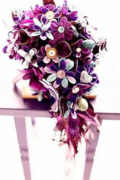 Boque feito de flores de feltro bem coloridas, que incrível