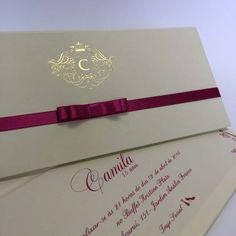 Convite personalizado, envelope nude, logo com inicial da Catarina e laço na cor roxa, cartão também nude com escritos em roxo. Parabéns Camila!