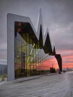 The design of the Riverside Museum in Glasgow (Scotland), created by the much-acclaimed architect Zaha Hadid, flows from the city to the river, symbolizing a dynamic relationship where the museum is the voice of both. Futuristic Architecture, Beautiful Architecture, Contemporary Architecture, Art And Architecture, Chinese Architecture, Contemporary Design, Zaha Hadid Architects, Unique Buildings, Urban Planning