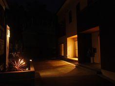 癒しと憩いの玄関 緑化工房 あうとてり家 さかい 愛媛県Y様邸 Spectacular garden lighting by lighting professionals. Enjoy a dramatic, romantic, even mysterious scene comparing to a day time.
