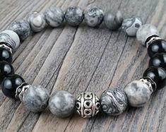 Bracelet agate grises et tourmaline noire 8mm avec cristaux noirs et boule argent motifs tibétains