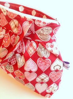 Julete toalettmappe med hanker Pot Holders, Sewing, Pink, Painters, Dressmaking, Hot Pads, Couture, Potholders, Stitching