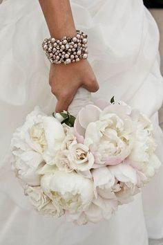 グローブはあえて外して・・・ウェディングドレスにブレスレットが今人気。 - NAVER まとめ