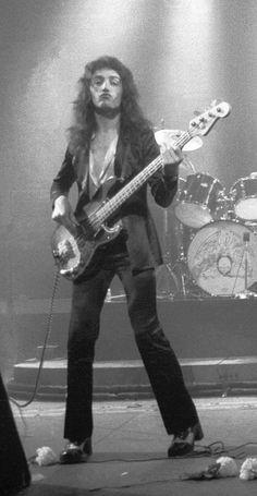 John Deacon - Queen Live at the Rainbow 1974 Discografia Queen, Queen Band, I Am A Queen, Save The Queen, John Deacon, Bryan May, Princes Of The Universe, Queens Wallpaper, Queen Photos