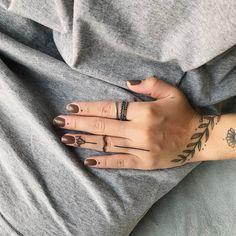 love these hand tattoos Modern Tattoos, Love Tattoos, Body Art Tattoos, Hand Tattoos, Girl Tattoos, Tatoos, Wreath Tattoo, Tattoo Bracelet, Symbolic Tattoos