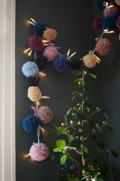 Gör en vacker ljusslinga med pom poms av garn/garnbollar - Helena Lyth Fiber Art, Diy And Crafts, Crochet Necklace, Barn, Quilts, Embroidery, Knitting, Creative, Christmas