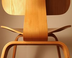 CHARLES & RAY EAMES, Lounge Chair Wood, 1946. Material plywood. / Blogspot