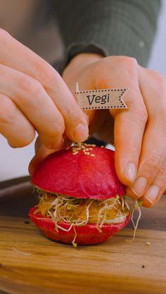 Überrasche deine Freunde und die Familie mit einem Party-Snack aus selbst gemachten, gluschtigen Mini-Hamburgern. Ob klassisch oder vegetarisch: Mit diesem praktischen Komplett-Set bäckst du unwiderstehliche Apéro-Häppchen aus kleinen, luftig-knusprigen Brötchen mit perfekt passenden Mini-Burgern. Das Praktische daran: Burger Buns und Burger Patties werden im Ofen zubereitet, sodass du keine zusätzliche Bratpfanne brauchst und der Herd schön sauber bleibt. Mini Hamburgers, Gratis Download, Snacks Für Party, Tricks, Woodworking, Vegetables, Food, Mini Burger Buns, Hamburger Buns
