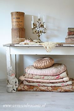 Servies en Brocante: @Home. Like those big pillows and quilts & boxes, well everything