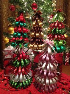 Pinos navideños hechos con listones para regalo