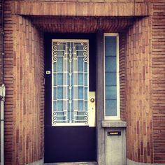 Er zijn zoveel leuke elementen aan deze deur: het witte smeedwerk, de blauwe ramen en de bakstenen vormen een mooie blikvanger. (176/365) #gent