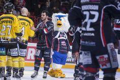 ... et salut aux Dragons de #Rouen, qui restent une référence dans le #hockey hexagonal, avec à leur actif une série de quatre titres de champions de #France consécutifs. (Photo: Thierry Bonnet/Ville d'Angers)