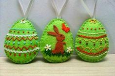 Velikonočni pirhi - kombinacija zelene in oranžne - Moj Mozaik Christmas Ornaments To Make, Felt Ornaments, Easter Egg Crafts, Easter Eggs, Easter Tree, Felt Decorations, Felt Patterns, Felt Applique, Textiles