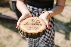 Hochzeitsdeko aus Holz ist ein Must-Have für den beliebten rustikalen Hochzeitsstil und liefert Stoff für viele DIY-Projekte. Hier unsere Ideensammlung!