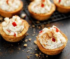 Kanelmusslor med äppelfärskost passar perfekt på fikabordet, eller varför inte som dessert? Garnera gärna musslorna med några äppeltärningar och lite kanel.