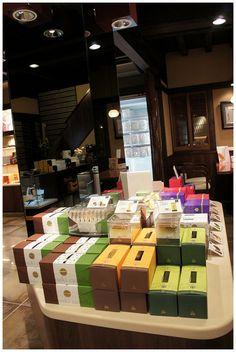 講到長崎當然會想到長崎蛋糕  在去長崎之前我只吃過一之鄉,雖然甜的要命,但就是好吃啊~~  這次就近買了三家老店的蜂蜜蛋糕:和泉屋、福砂屋、文明堂    位在觀光通的和泉屋是本店,你可以點入官網查詢離
