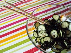 Kyuri no Sunomono, a japanese salad with wakame seaweeds, cucumbers, sesame seeds and soy sauce. Very tasty! | #recipe #asian #food #japanese