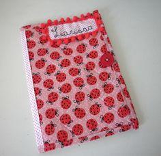 Capa caderneta de vacinação com dois bolsos internos para a caderneta , muito útil, pois a caderneta é um documento importante usado por anos...Além de ser uma FOFURINHA ! <br>É feito com tecidos de algodão, (tricoline), e é estruturado com manta acrílica, tudo com cheirinho de bebê. <br>O nome é bordado à mão! <br>Tamanho 16 x 23 cm (Tamanho padrão da carteira de vacinação da secretaria da saúde). <br>Dúvidas sobre estampas, detalhes de produtos ou mesmo sobre a compra entrem em contato…