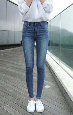 high waisted jeans suit skinny girls very well. High Wasted Jeans, High Jeans, High Waist Skinny Jeans, Get Skinny, Skinny Girls, Skinny Girl Body, Cool Outfits, Casual Outfits, Summer Outfits