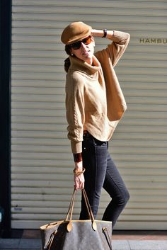 Street style. Black trousers. Black Skinny. Brown pullover. Louis Vuitton. Neverfull. It Bag. Neverfull by Louis Vuitton. Thehighville