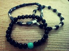 Lindas pulseras para caballeros,con cristales negros y perlas,lindas!