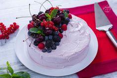La torta di compleanno estiva è una torta per feste d'estate: base di cioccolato, crema di formaggio spalmabile e ciliegie,  decorata con frutta.