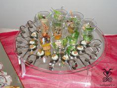 Bicchierini di #pesce su #vassoio di specchio. #Cucchiaio d'argento con salsa e #salmone, #gamberi e #gamberetti abbinati ai sapori dell'orto #Finger #Food #Good #Fish #Sea