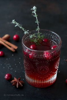 Rezept für einen Weihnachtspunsch mit und ohne Alkohol. Schwarzer Tee, Cranberrie- und Apfelsaft, Cranberries und gezuckerten Thymian. Punsch, Kinderpunsch
