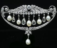 Diamond and natural pearl brooch, France, ca. 1920, briolette cut diamonds, old European cut diamonds, natural pearls, platinum, 4.9 × 3.5 cm, 9.2 g