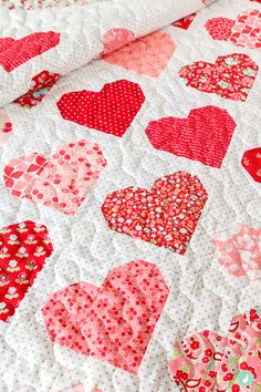 Resplendent Sew A Block Quilt Ideas. Magnificent Sew A Block Quilt Ideas. Quilting Tutorials, Quilting Projects, Quilting Designs, Quilting Ideas, Heart Quilt Pattern, Quilt Patterns, Diy Sewing Projects, Sewing Crafts, Charm Pack Quilts