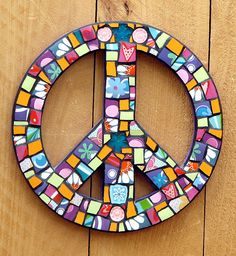 Mod Brady Style PeaceSign Mosaic Wall Hanging by Calico Skies Mosaics. Love the black grout.