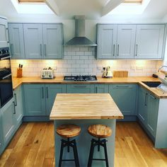 For our 100 Beautiful Kitchens competition, we asked builders to share photos of a Howdens kitchen they have installed. Read on to explore the three winning kitchens and discover how they came to life. Howdens Kitchens, Grey Kitchens, Home Kitchens, Farmhouse Kitchen Decor, Kitchen Interior, New Kitchen, Kitchen Larder, Kitchen Ideas, Free Kitchen Design