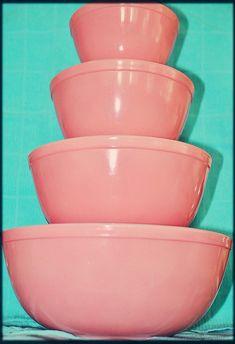 Vintage Pyrex pink mixing bowl set.
