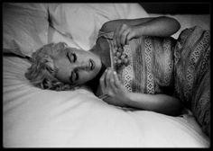 Image - 6 Août 1955 / (PART IV) Comment Marilyn, alors la plus grande star hollywoodienne, rapportant des millions de dollars à la Fox, ayant des milliers de lettres de fans par semaine, s'apprêtant à mettre à genoux la Loi des Studios, se retrouva-t-elle dans ce coin pommé de l'Amérique profonde ? (Bement). Retour sur un voyage rocambolesque. Depuis la fin de l'année 1954, Marilyn a quitté Los Angeles pour s'installer à New York, gage de reconnaissance professionnelle po...