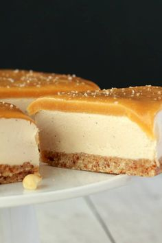 Vegan cheesecake with a salted caramel fudge sauce topping! This ultra creamy cheesecake is so much like the 'real thing' you will not believe and it's super easy to make too! Raw and Gluten-Free! Raw Desserts, Vegan Dessert Recipes, Cheesecake Recipes, Fancy Desserts, Gateaux Vegan, Roh Vegan, Paleo Vegan, Salted Caramel Fudge, Caramel Cheesecake
