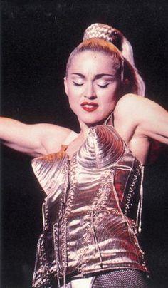 Madonna blond ambition tour, avec le bustier conique de JPG
