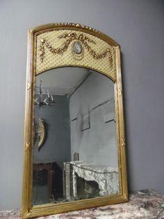 miroir louis XVI en stuc , double patine , macaron central en porcelaine . XX siècle .