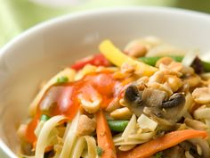 Nuudeli-herkkusienivokki   Wokit   Yhteishyvä My Cookbook, Pasta Salad, Spaghetti, Food And Drink, Koti, Meat, Chicken, Ethnic Recipes, Crab Pasta Salad