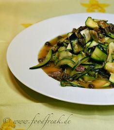 Salat von gegrillten Zucchini, Kapern und Anchovis