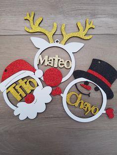 Esferas personalizadas mdf y foami Dc Corte Creativo Christmas Mood, All Things Christmas, Merry Christmas, Fun Crafts, Diy And Crafts, Christmas Crafts, Christmas Ornaments, Mdf Christmas Decorations, Laser Engraved Gifts