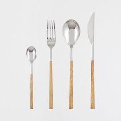 Posate in acciaio inox 18/10 con manico sottile in plastica effetto legno.